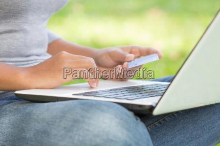 donna portatile computer pagare mano stile