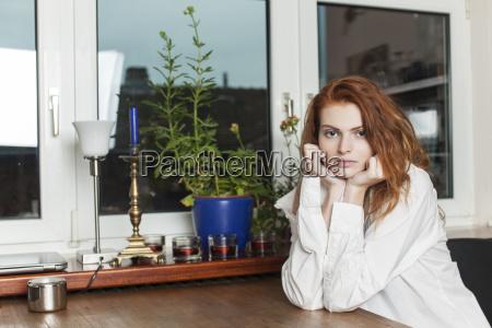 donna finestra sexy cucina pomeriggio sedersi