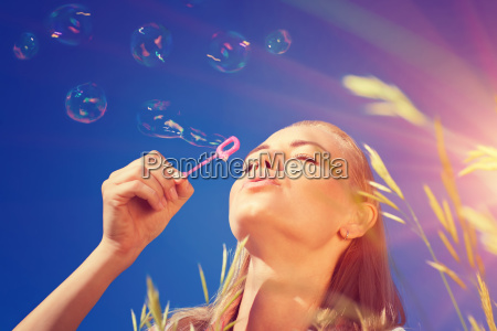 bella donna che soffia bolle di