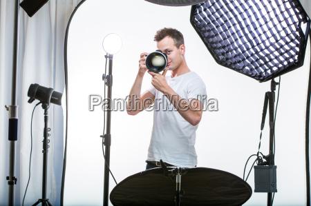 giovane fotografo professionista con fotocamera digitale