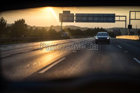 auto in autostrada al tramonto