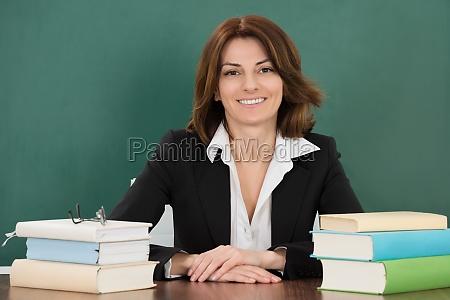 insegnante professore maestro scrivania femminile classe