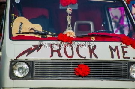 veicolo hippie nel carnevale