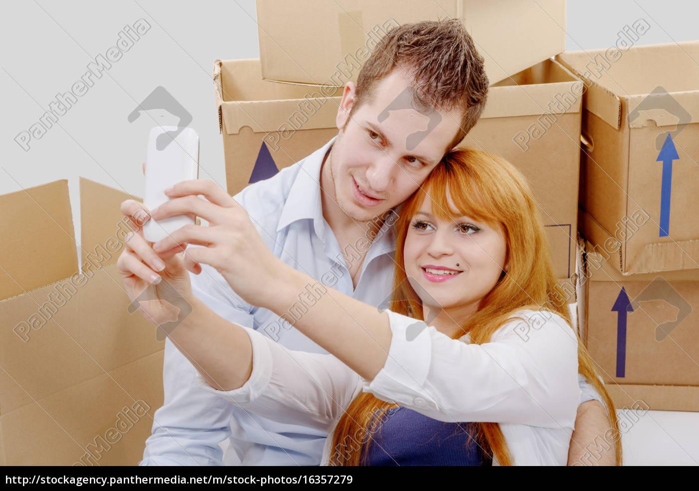 coppia, felice, seduto, sul, pavimento, prendendo - 16357279