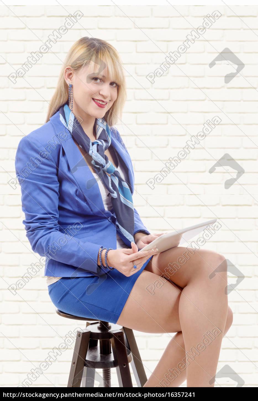 donna, bionda, piuttosto, giovane, con, tablet, seduto - 16357241