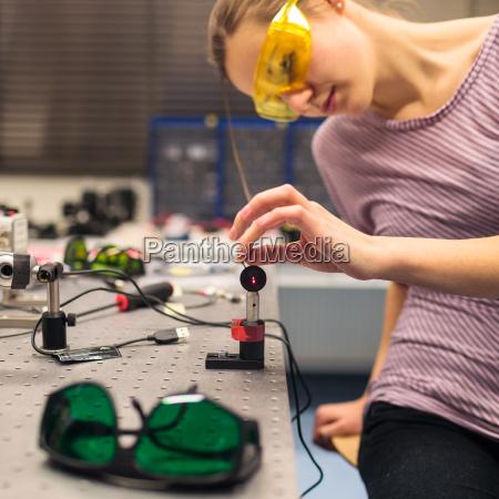 scienziato femminile effettuare esperimenti di ricerca
