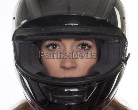 giovane donna con il casco del