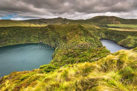 paesaggio delle azzorre con lago a