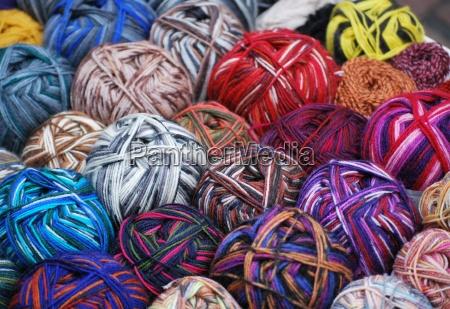 colorato lana lavorare a maglia gomitolo