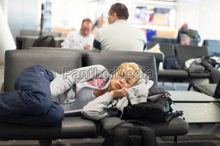 viaggiatore donna stanco che dorme in