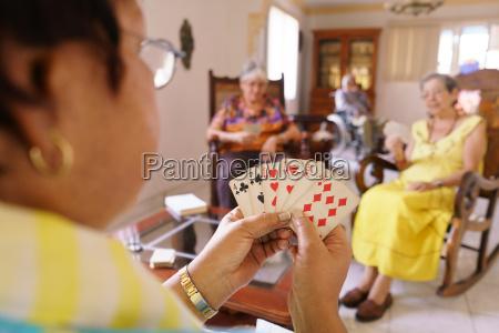 vecchie donne divertirsi giocando a carte