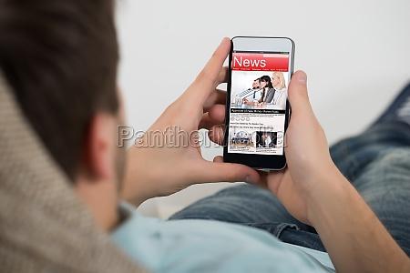luomo di lettura online news sul