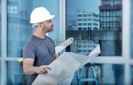 architetto costruttore studiando piano di layout