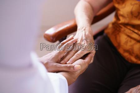 dottore medico donna mano mani ospedale