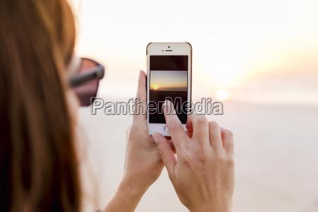 donna tramonto riva del mare spiaggia