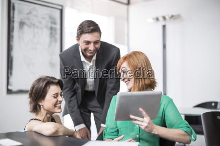imprenditrice che mostra il tablet digitale