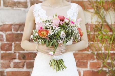 sposa con bouquet da sposa