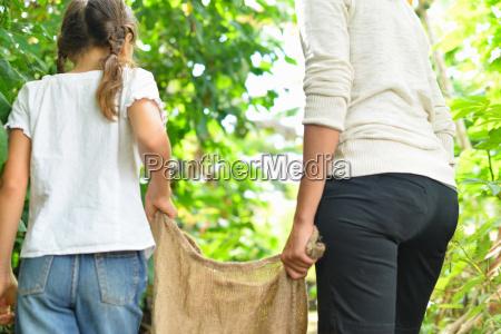 vista posteriore della donna e ragazza
