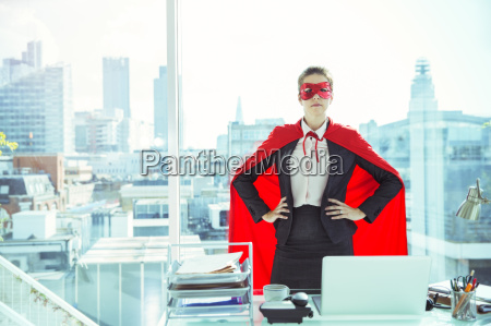 businesswoman indossando mantello e maschera in