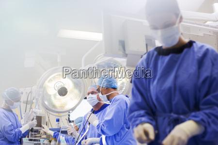 dottore medico orizzontale concentrazione ospedale cooperazione