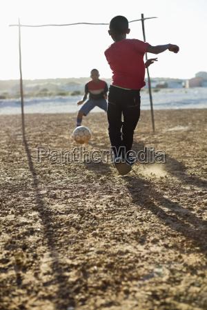 ragazzi che giocano a calcio insieme