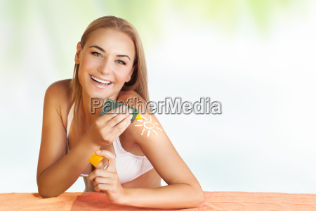 donna felice applicazione crema solare