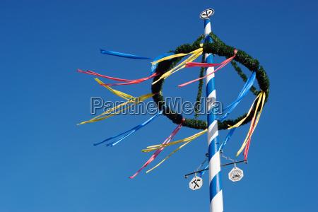 bavarese maypole contro cielo blu
