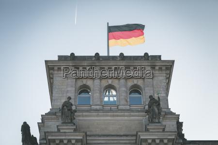 viaggio viaggiare statua scultura allaperto bandiera
