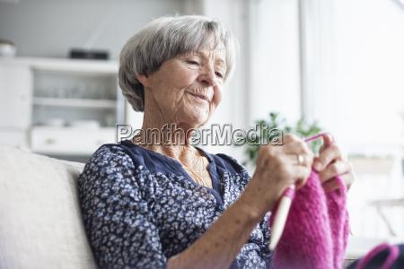 ritratto di maglia donna anziana seduta