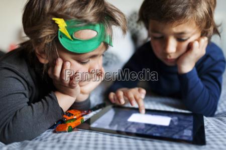 due ragazzini che si trovano sul