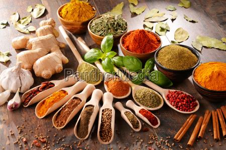 varieta di spezie sul tavolo della