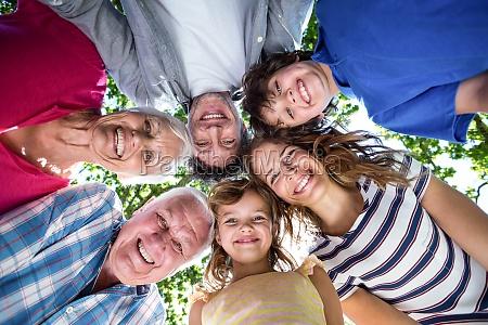 famiglia sorridente con le loro teste