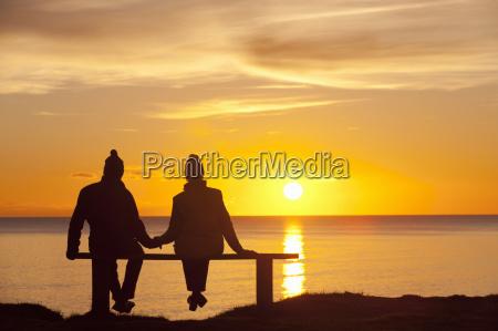 silhouette di coppia seduto in panchina