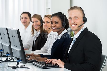 uomini daffari che lavorano nel call