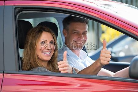 coppia seduta in auto