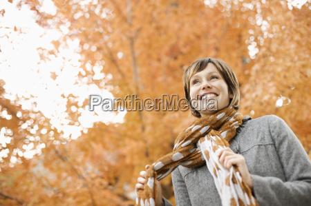 una donna in una sciarpa giacca