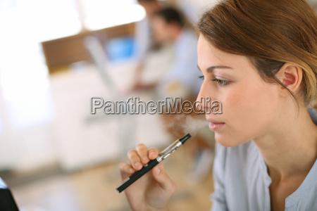 donna sigaretta persone popolare uomo umano