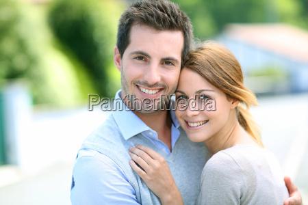 coppia allegra in piedi di fronte