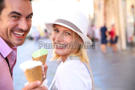 coppia allegra a roma a mangiare