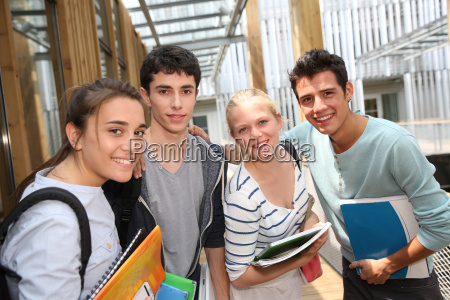 studenti allegri in piedi fuori edificio