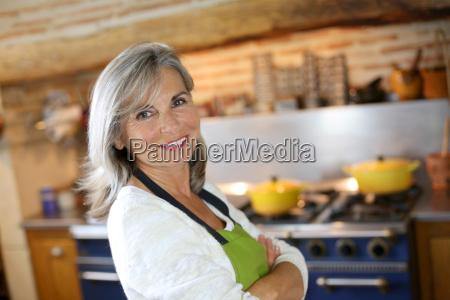 ritratto della donna maggiore nella cucina