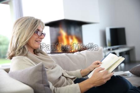 libro di lettura della donna maggiore