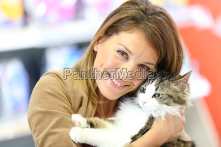 ritratto di donna sorridente azienda gatto