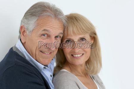 ritratto di coppia senior abbracciarsi isolato