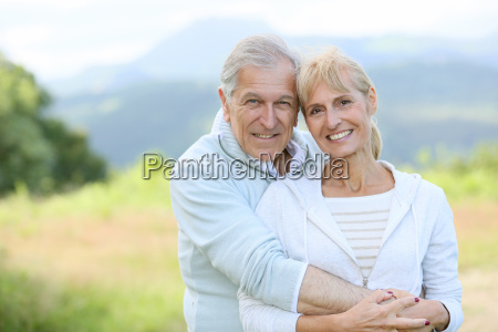 ritratto di allegro coppia senior abbracciarsi