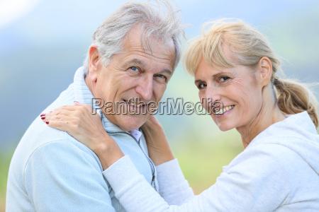 persone anziane che si abbracciano con