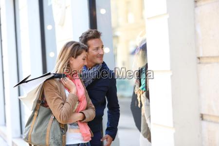 coppia di mezza eta facendo shopping