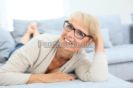 donna maggiore sorridente con gli occhiali