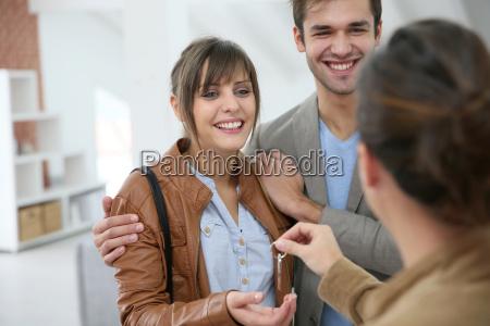 tipo donna risata sorrisi moderno nuovo