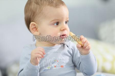 ritratto di cute baby boy mangiare